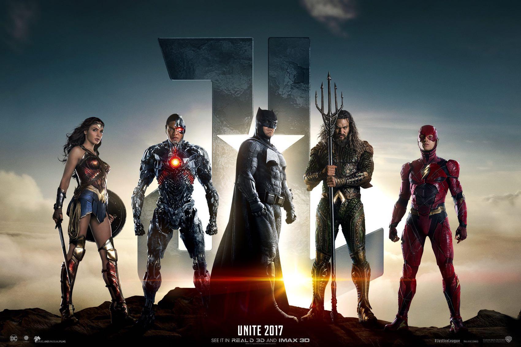 """Sem o Super-Homem (Henry Cavill) devido a eventos de """"Batman vs Superman: A Origem da Justiça"""" (2016), Diana completa a primeira formação de Liga da Justiça (2017), que também conta com o Batman (Ben Affleck), Aquaman (Jason Momoa), Flash (Ezra Miller) e Ciborgue (Ray Fisher)"""