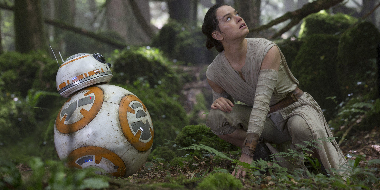 """Cena de """"Star Wars: O Despertar da Força"""". Na foto, Rey e BB-8."""