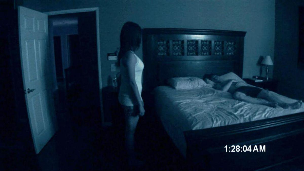 Seguindo a linha de filmagem found footage, Atividade Paranormal (2007) foi bem recebido pela crítica, ainda que o seu desempenho nas bilheterias mundiais tenha sido moderado. O frisson na internet, no entanto, garantiu ao filme uma franquia de seis filmes