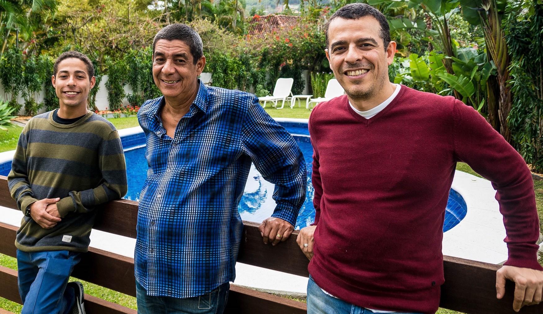 """Zeca Pagodinho ao lado dois dois atores que o interpretarão no musical """"Zeca Pagodinho — Uma história de amor ao samba"""", Peter Brandão e Gustavo Gasparani"""