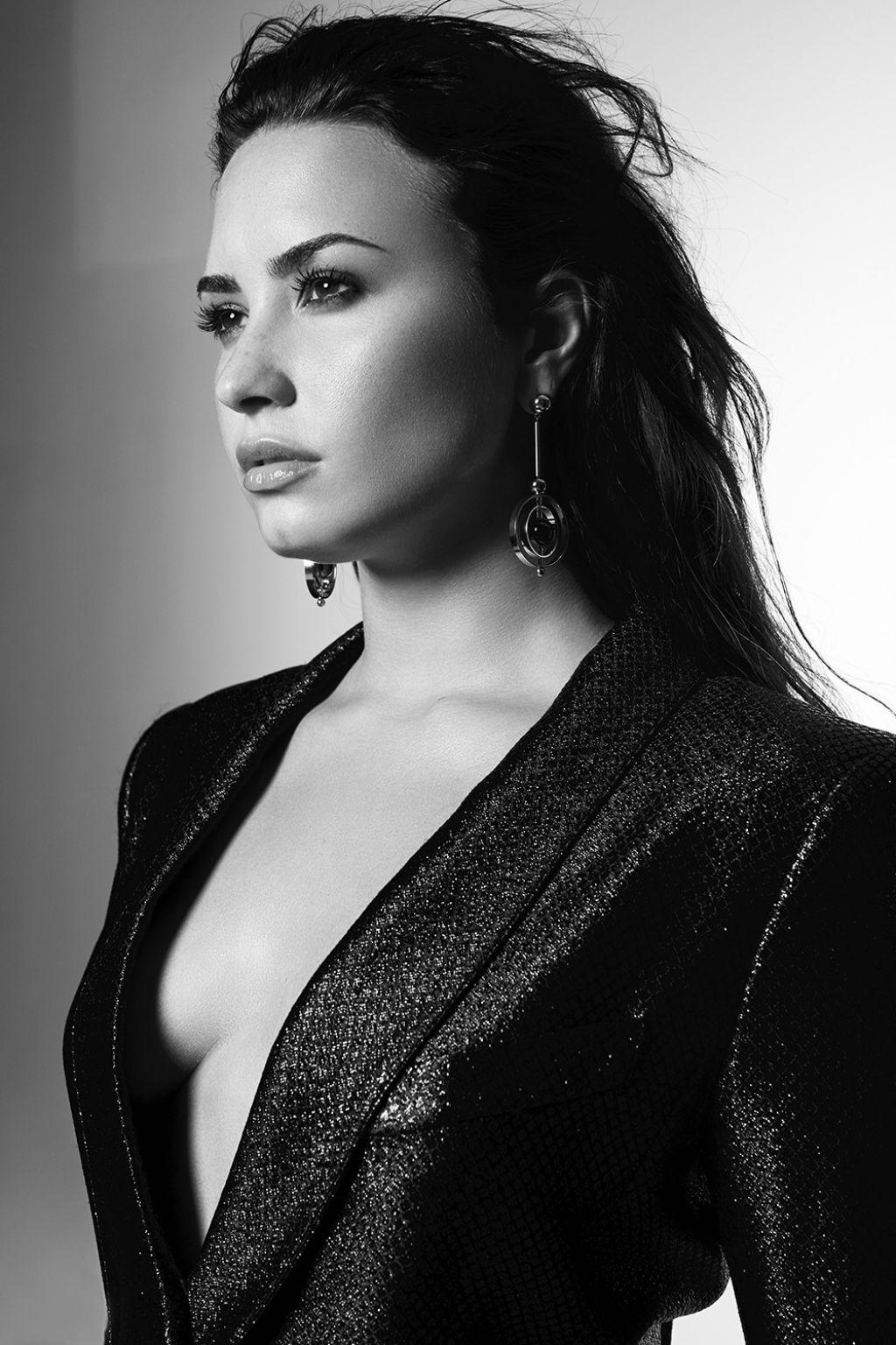 Um Ano De Um Relato Honesto E Forte à Maneira De Demi Lovato