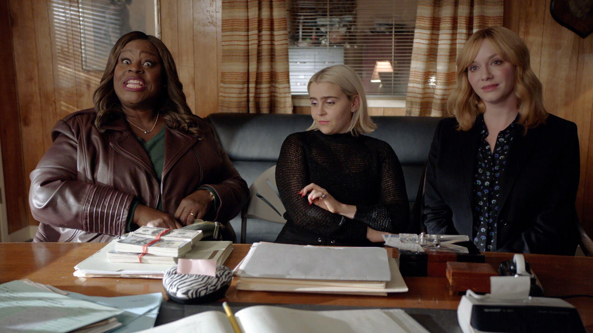 Três mulheres conversam com uma quarta pessoa não vista na imagem.