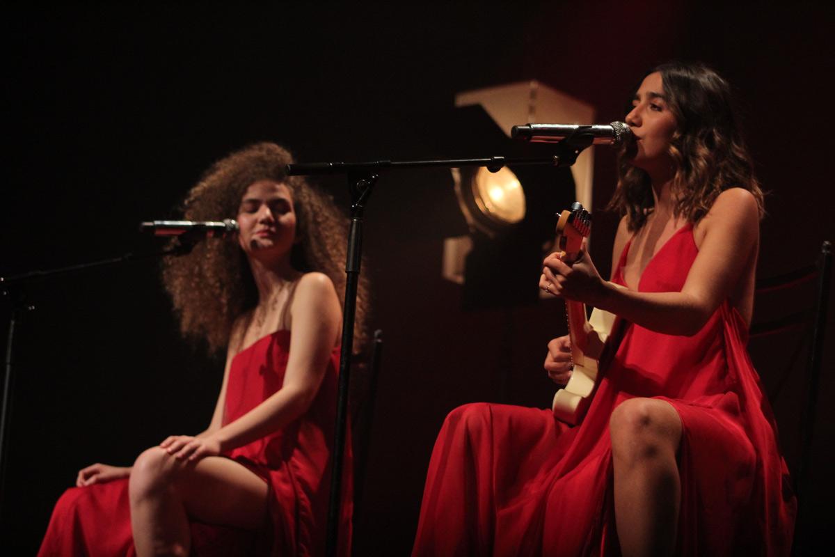 Anavitória cantam, sentadas, durante show em São Paulo